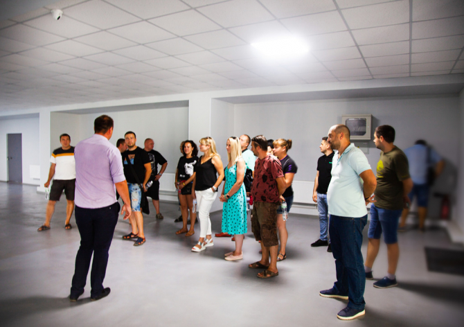 Группа партнёров на экскурсии в головном офисе SANDI+